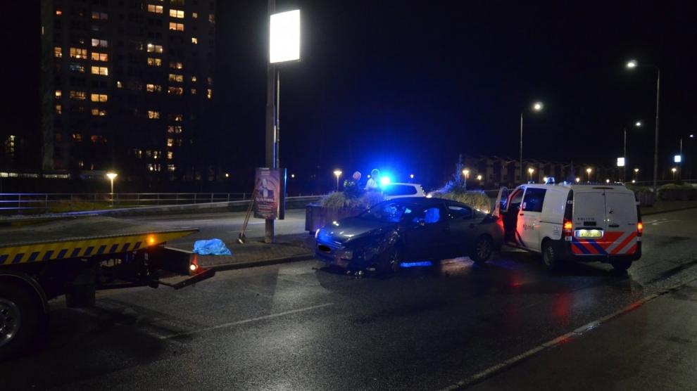 Auto knalt op bloembak; bestuurder gewond