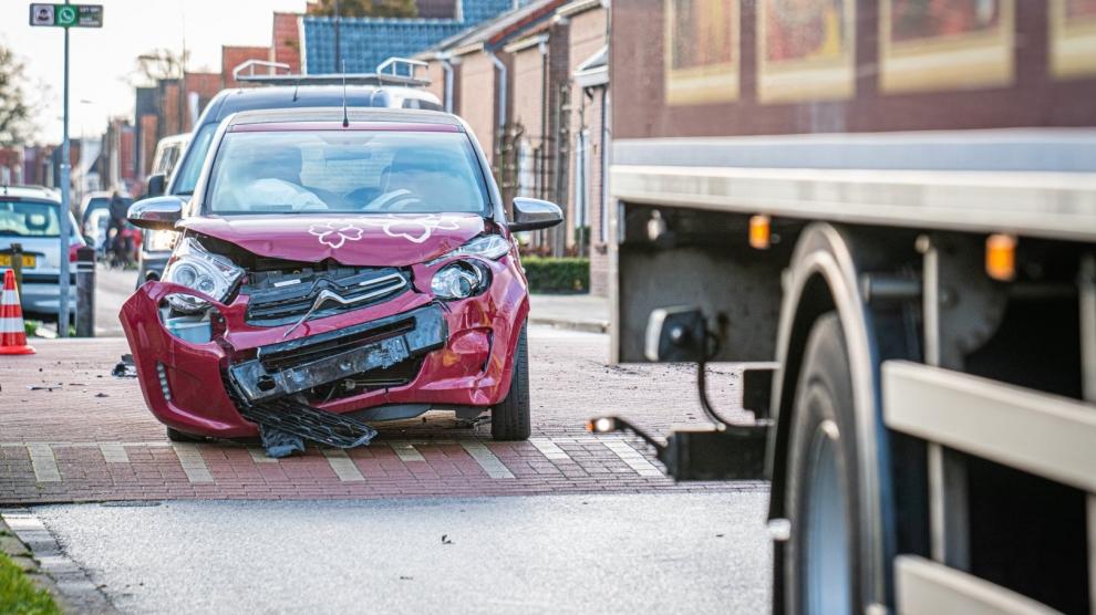 Auto botst op vrachtwagen