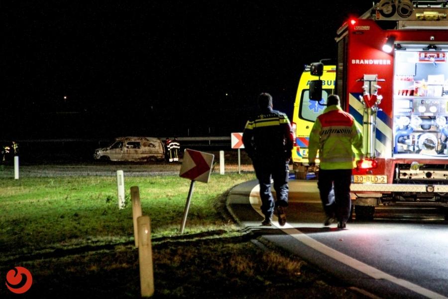 Busje slaat over de kop; twee gewonden