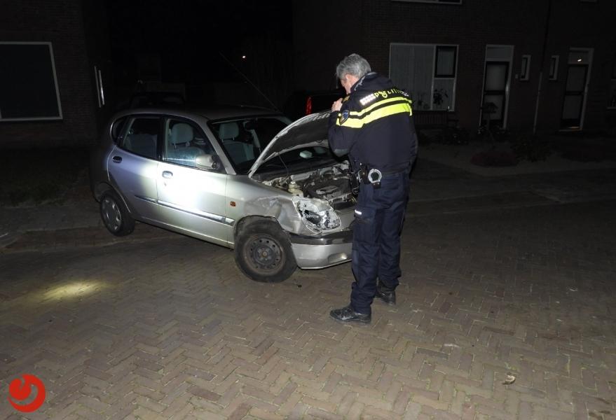 Automobiliste ramt geparkeerde auto's