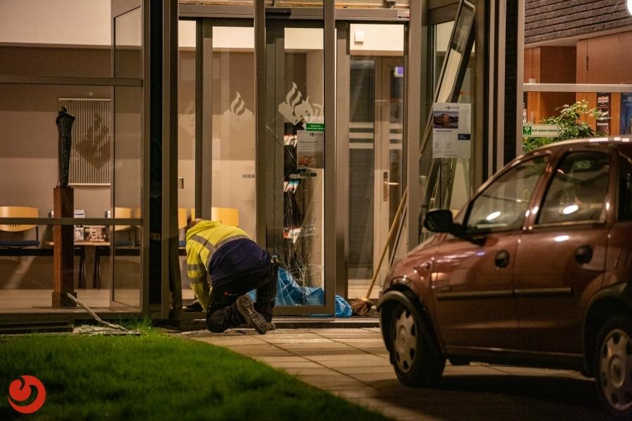 Auto ramt ingang politiebureau