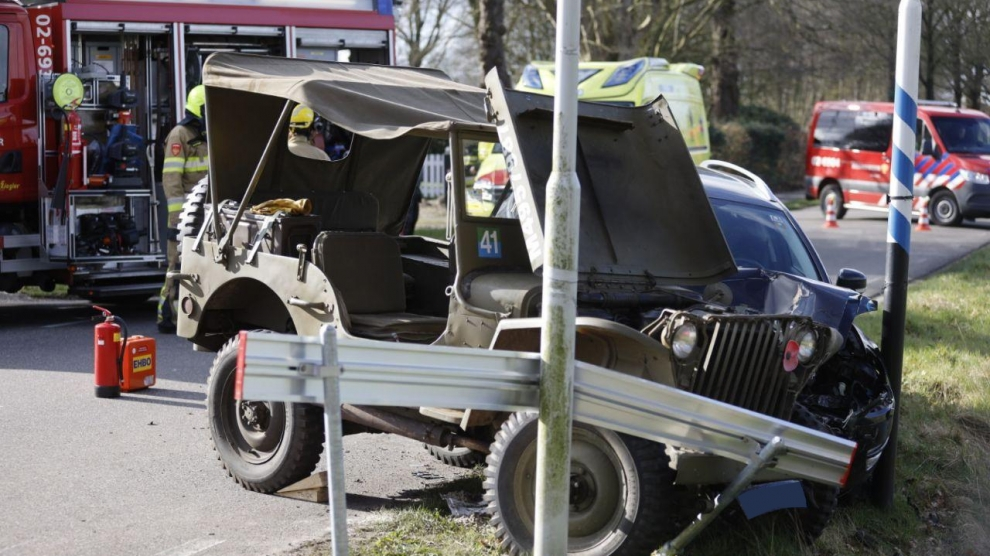 Auto botst met klassieke legerjeep
