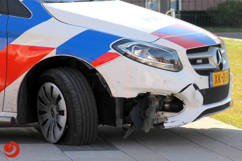 Schade aan politieauto na botsing met bankje