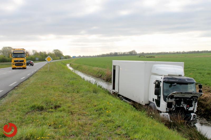 Vrachtwagen in de sloot door overstekend wild
