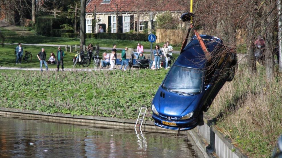 In stadsgracht belande auto geborgen