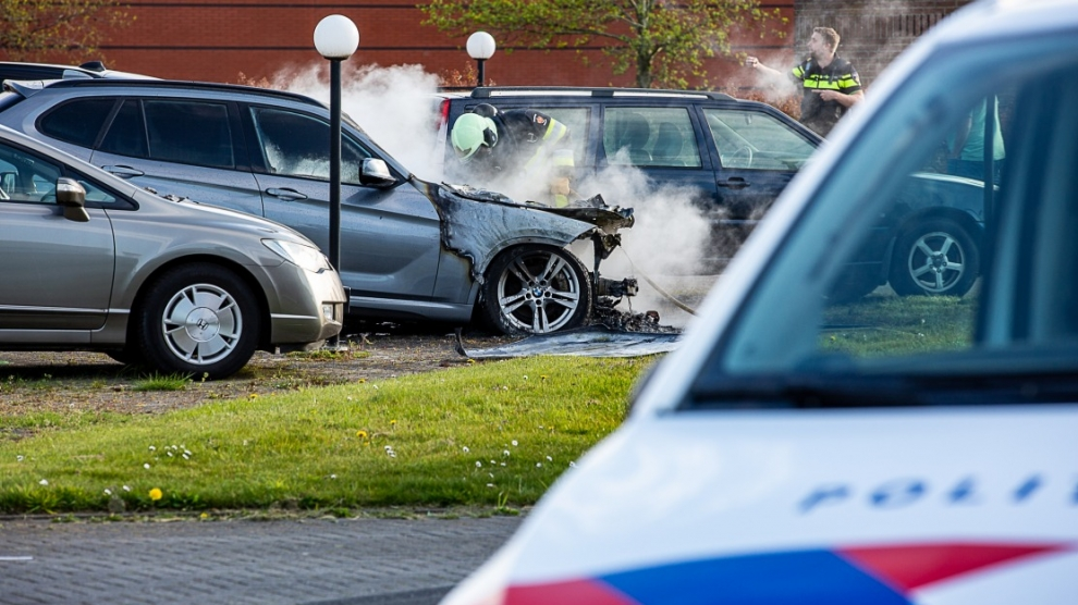 Brand verwoest auto bij autobedrijf
