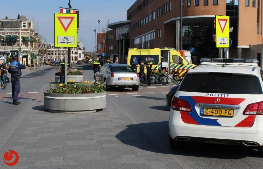 Fietser gewond na aanrijding voor station