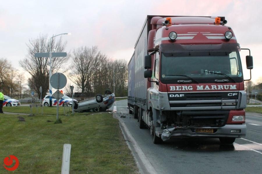 Auto over de kop bij botsing met vrachtwagen
