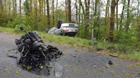 Auto verliest motorblok na botsing met boom