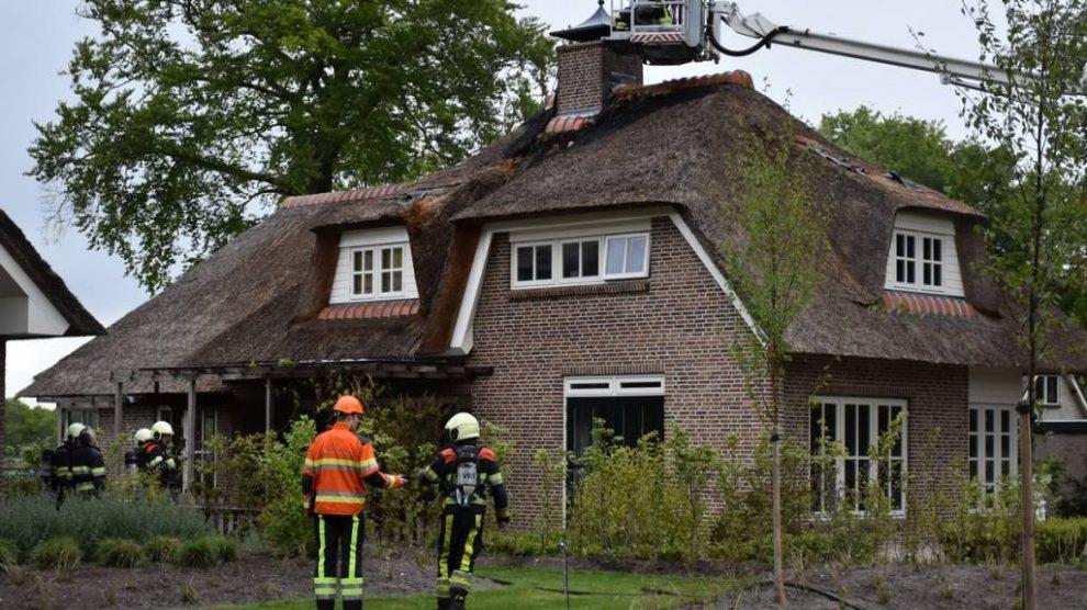 Brand in rieten dak van woning