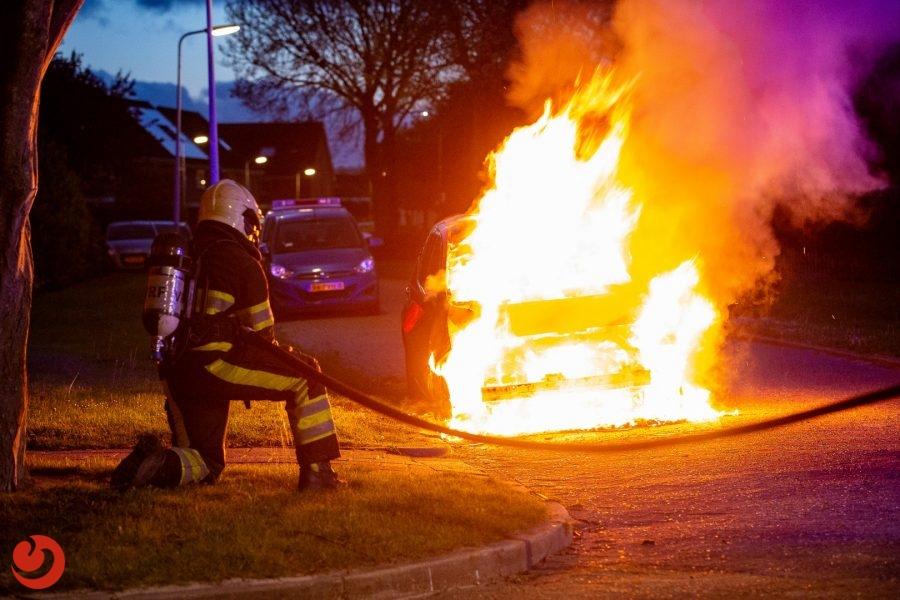 Drie auto's in een nacht in vlammen op