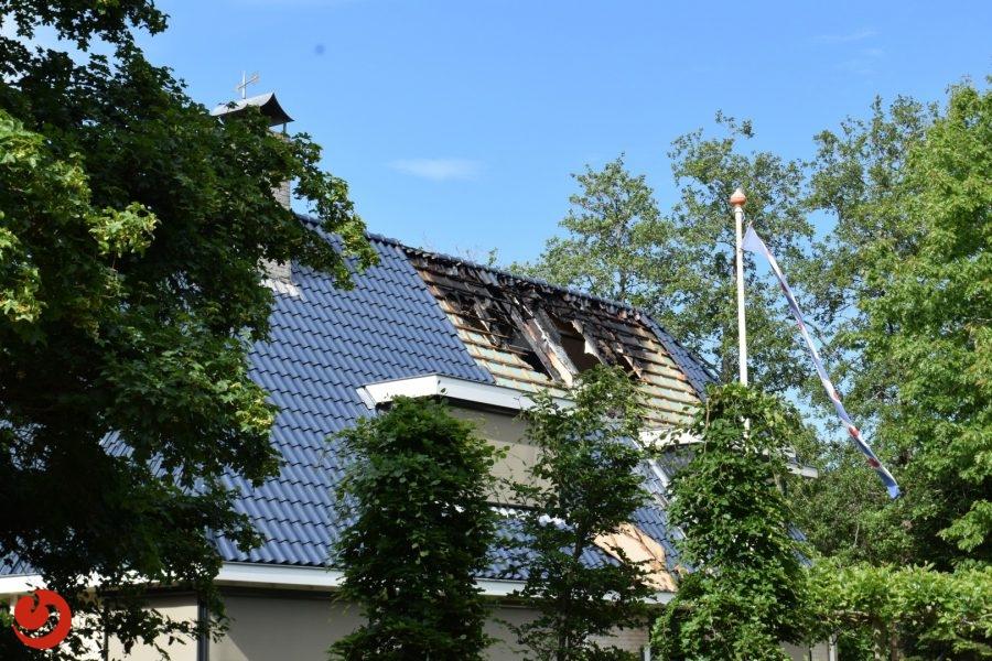 Woning fors beschadigd na dakbrand