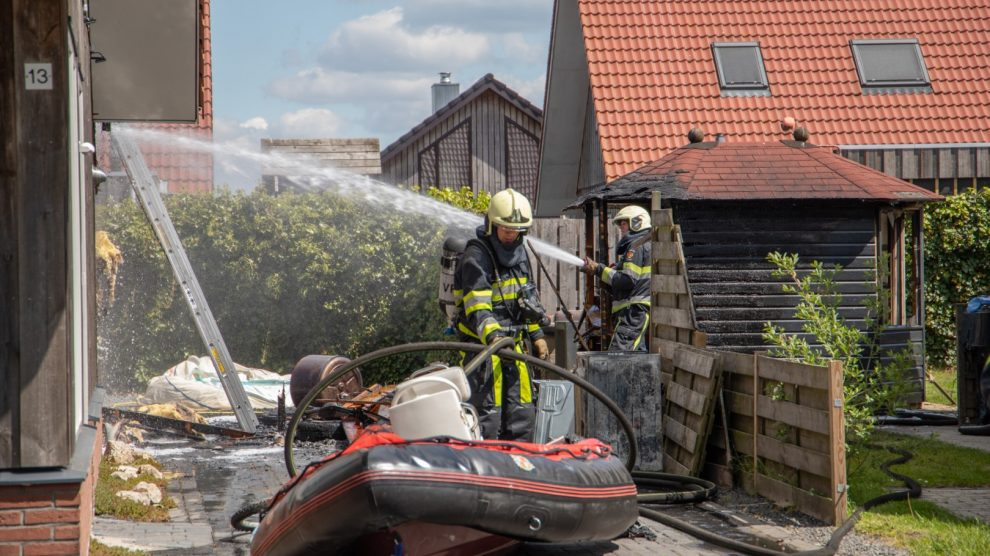 Schuur verwoest door brand; woning beschadigd