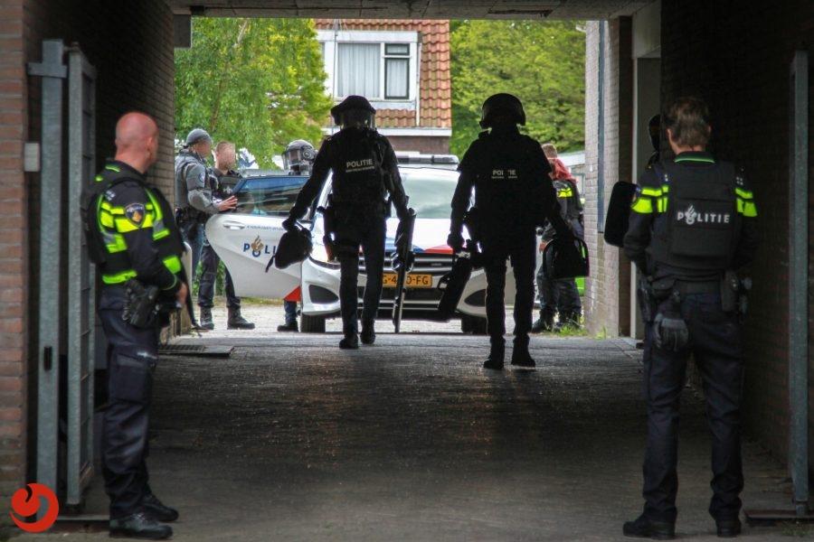 Arrestatieteam valt woning binnen voor mogelijk wapenbezit