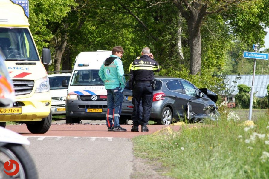 Auto's in botsing op kruising; één gewonde
