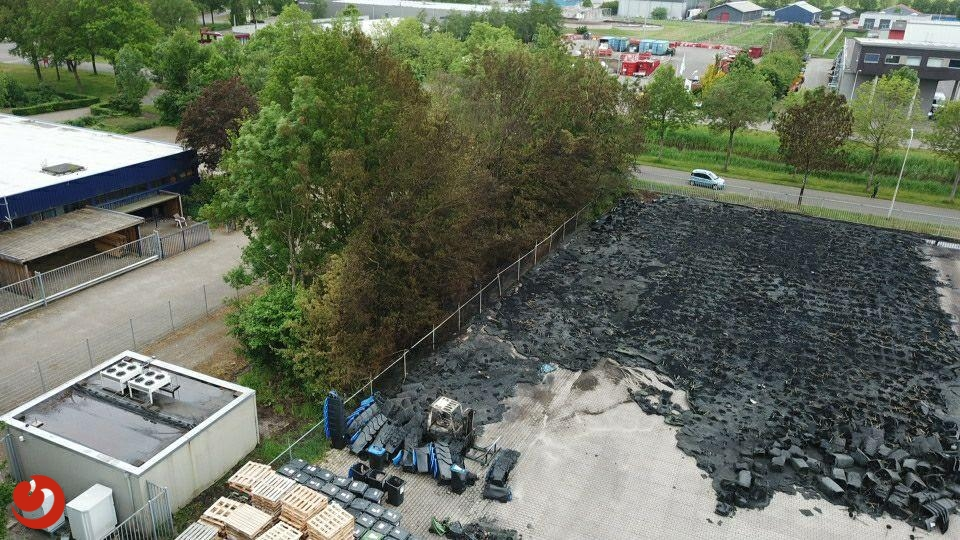 Duizenden afgebrande oud papier containers bij daglicht
