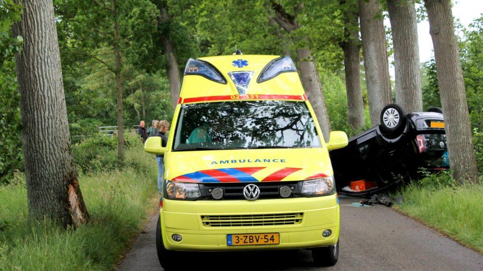 Auto belandt op dak; vrouw raakt gewond