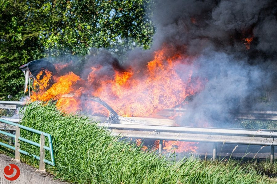 Auto uitgebrand op de A32