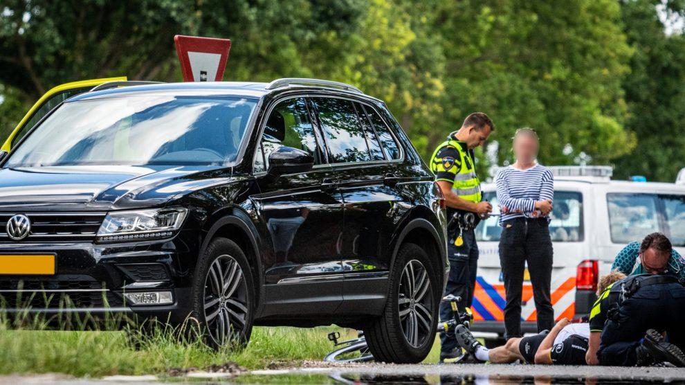 Wielrenner botst achterop auto en raakt gewond