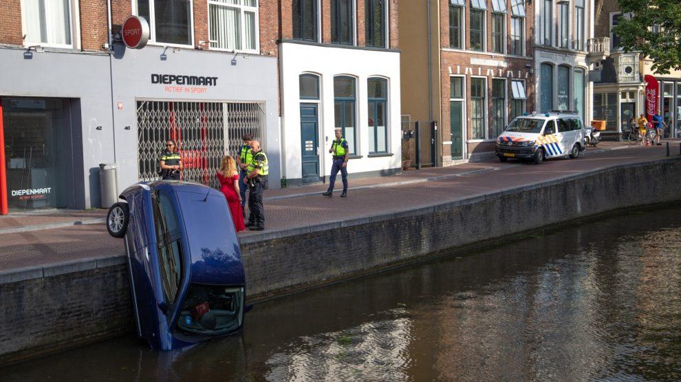 Auto rolt gracht in; geen gewonden