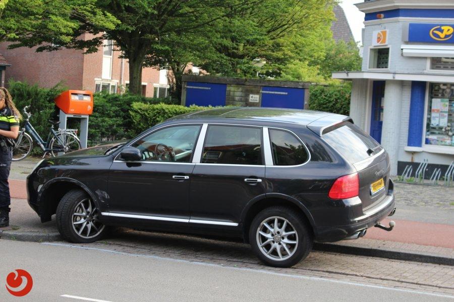 Geparkeerde auto beschadigd na botsing