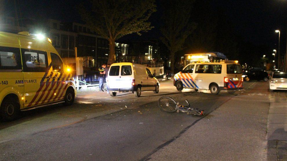 Fietser gewond na aanrijding met busje
