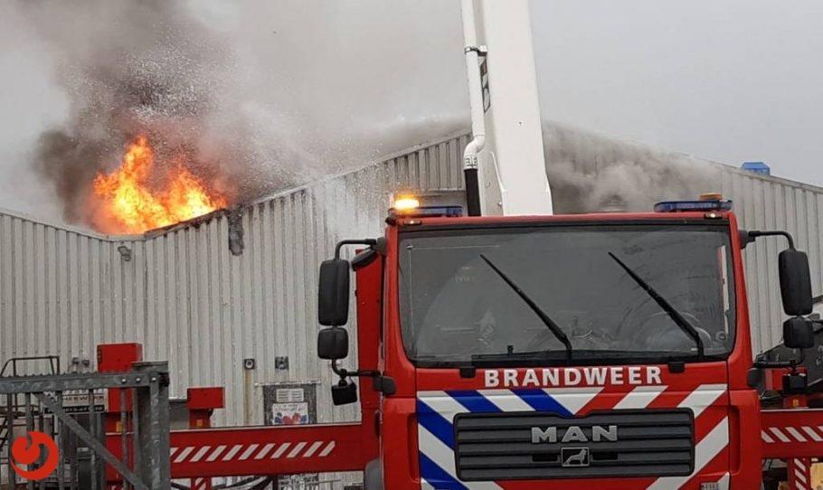 Uitslaande brand in loods met boten