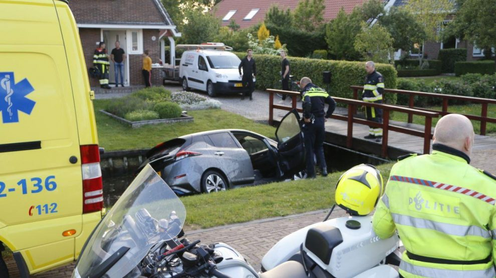 Auto in sloot; bestuurder gewond