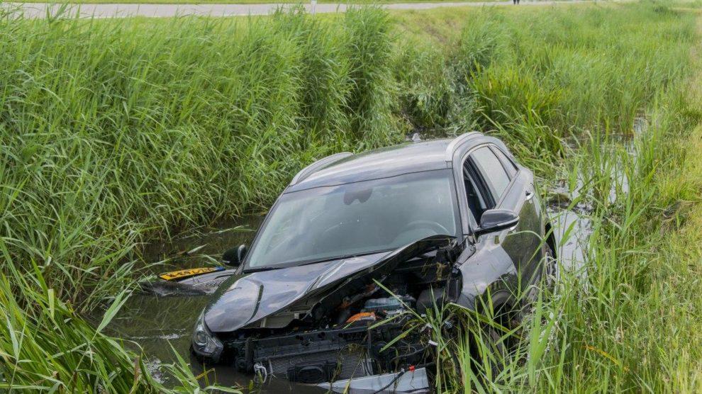 Auto in de sloot; man gewond