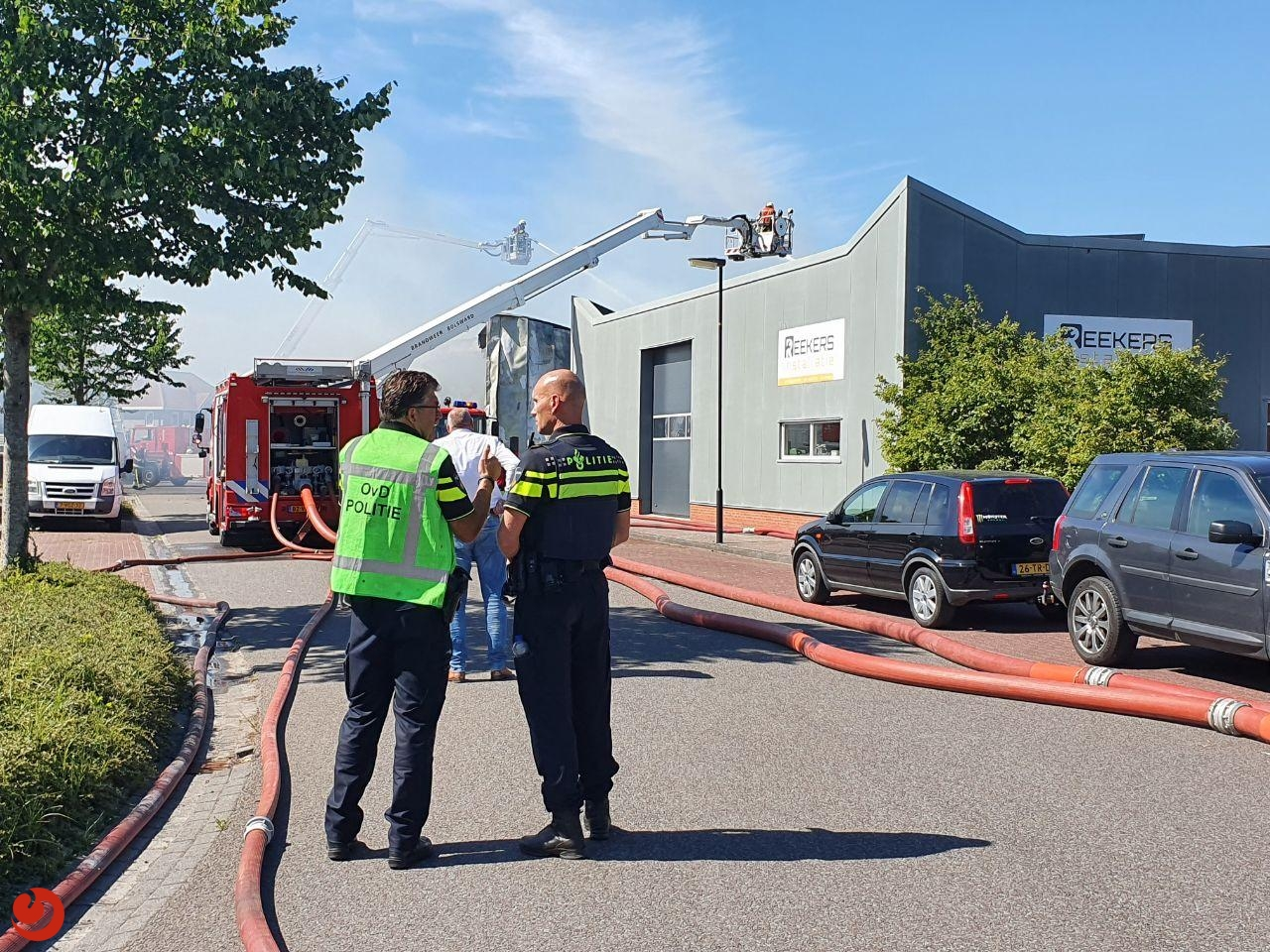 Zeer grote brand verwoest bedrijfspand; drie personen gewond