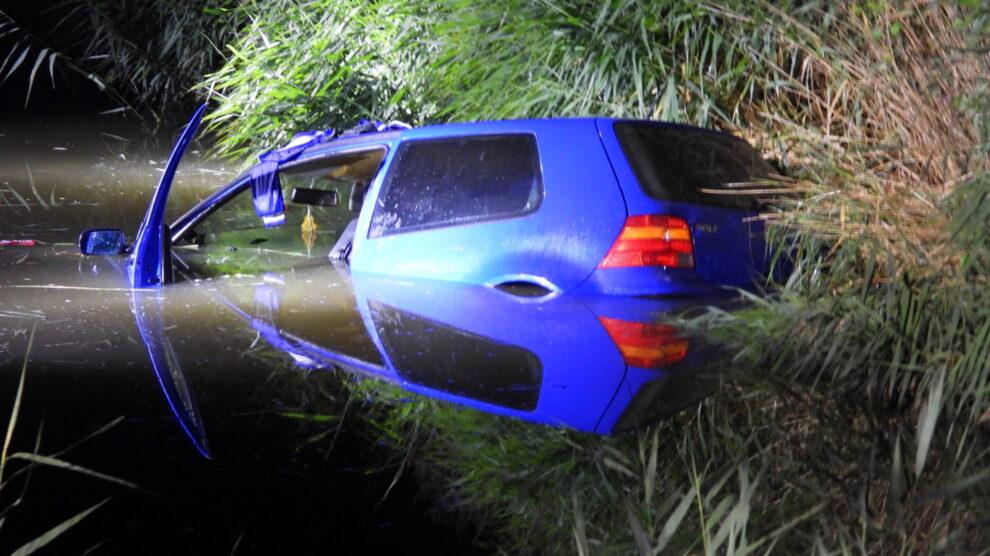 Auto belandt in sloot na politieachtervolging