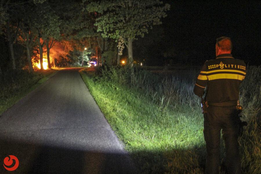 Auto botst tegen boom en vliegt in brand; bestuurder gewond