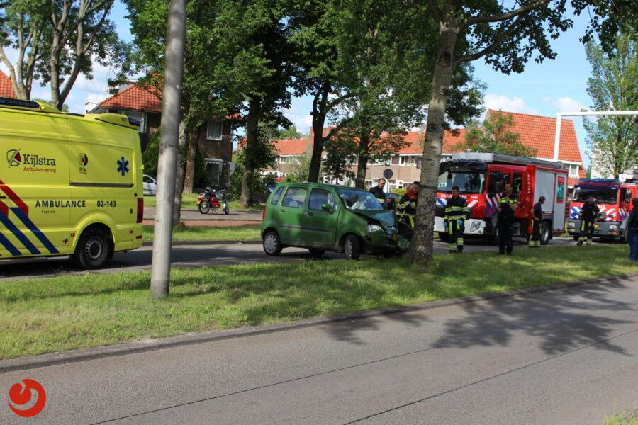 Auto botst op boom; bestuurder gewond