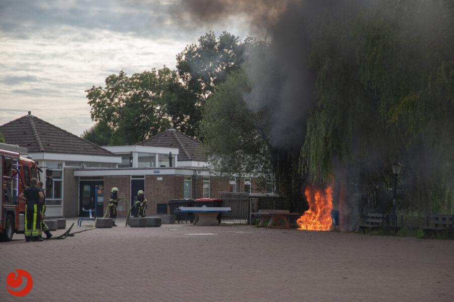 Zitbankjes in brand bij basisschool