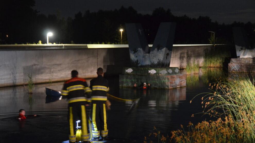 Brandweer redt man van pijler na zinken boot