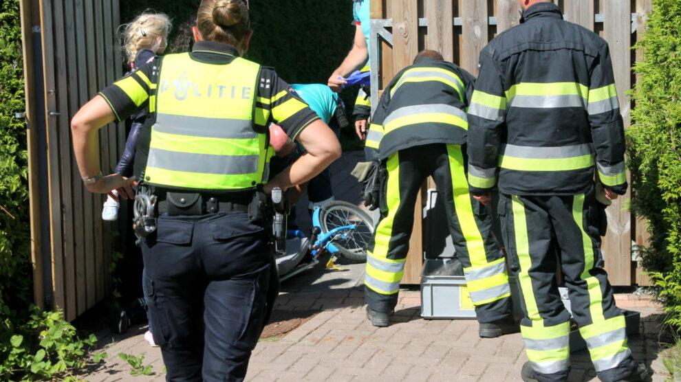 Jongetje raakt klem na val met fiets