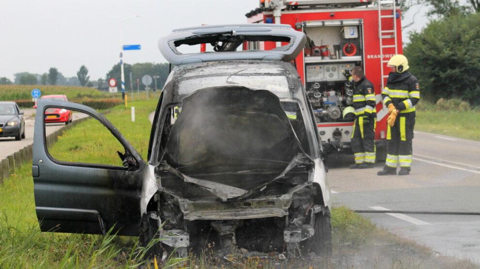 Auto verwoest door brand op Provinciale weg