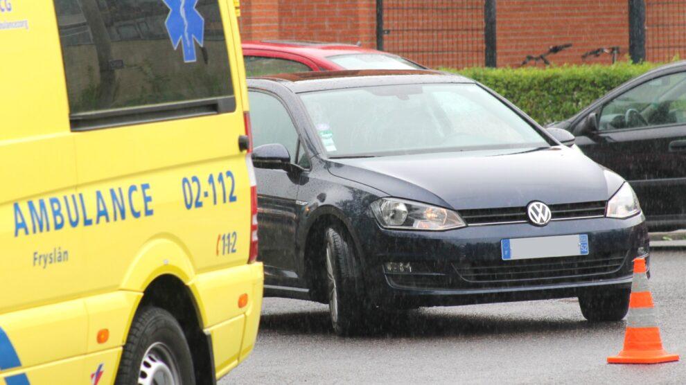 Fietsster naar ziekenhuis door botsing met auto