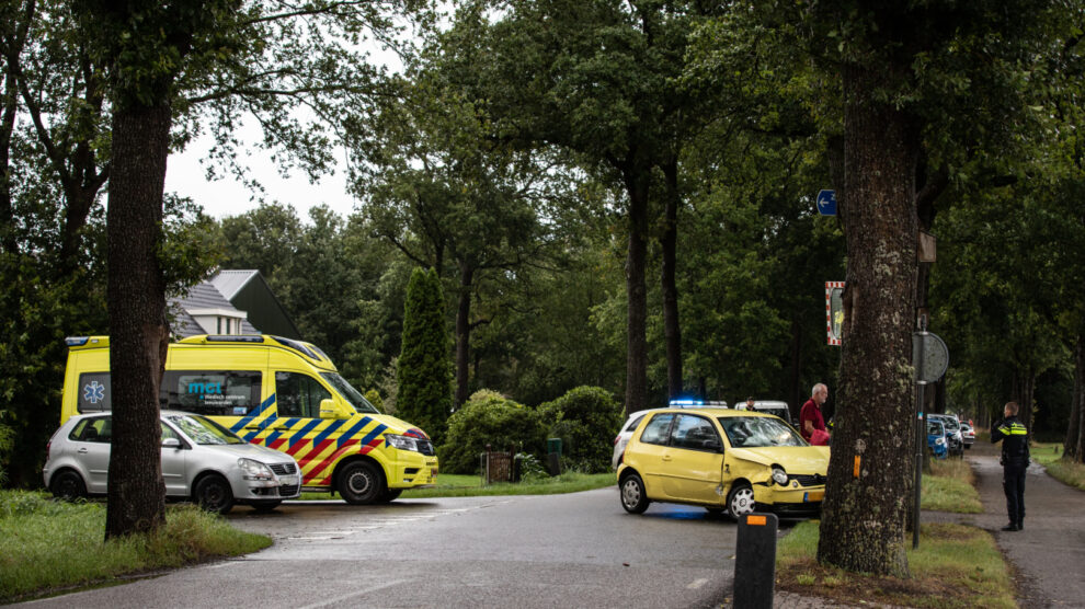Auto tegen boom na aanrijding op kruising