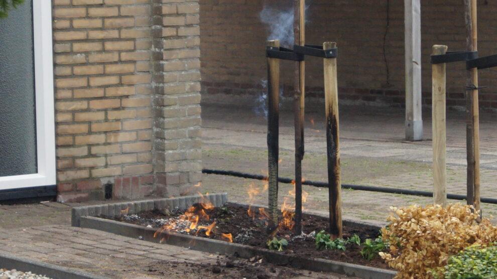 Onkruidbrander en gaslekkage veroorzaken brand in voortuin
