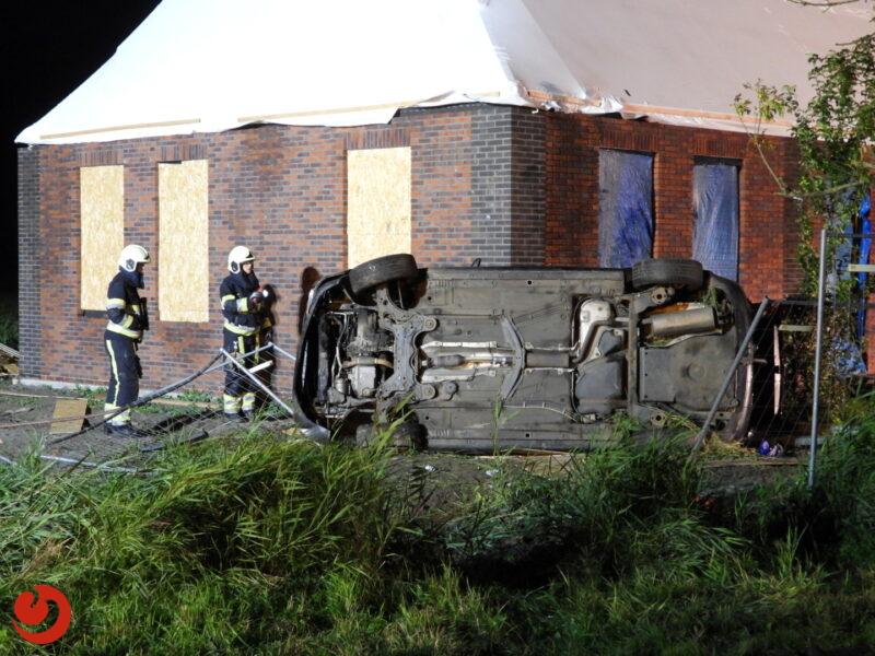 Auto belandt op zijkant tegen woning