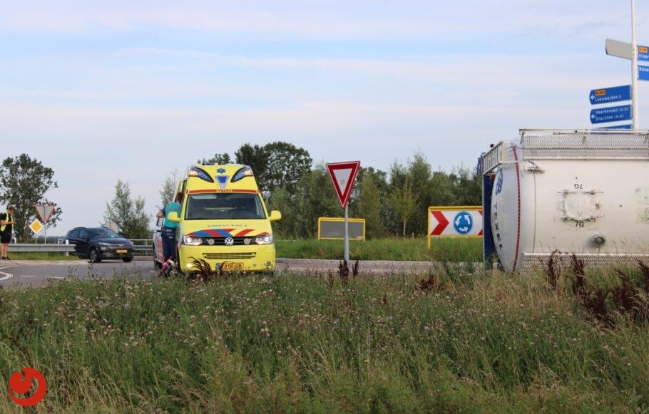 Vrachtwagen gekanteld op rotonde N359