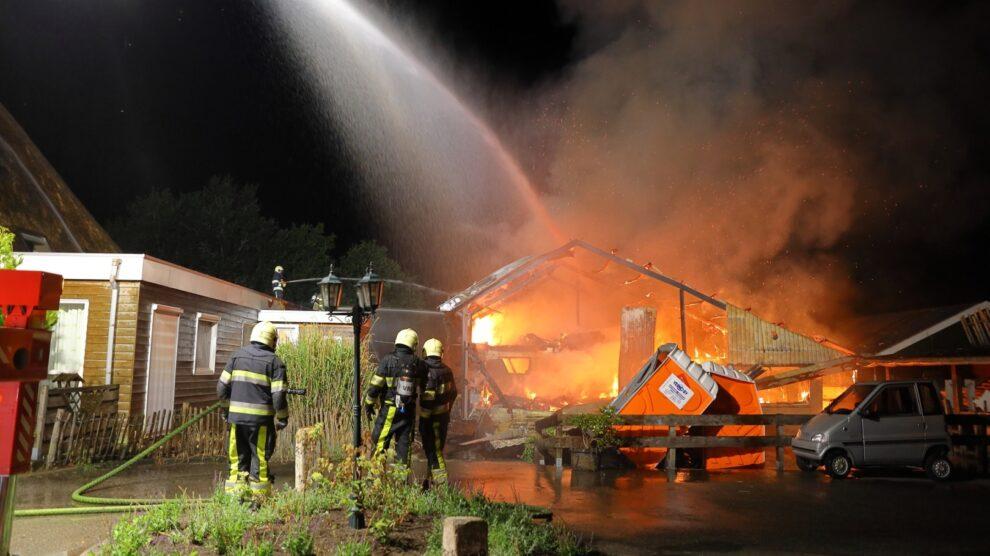 Uitslaande brand verwoest schuur zorgboerderij