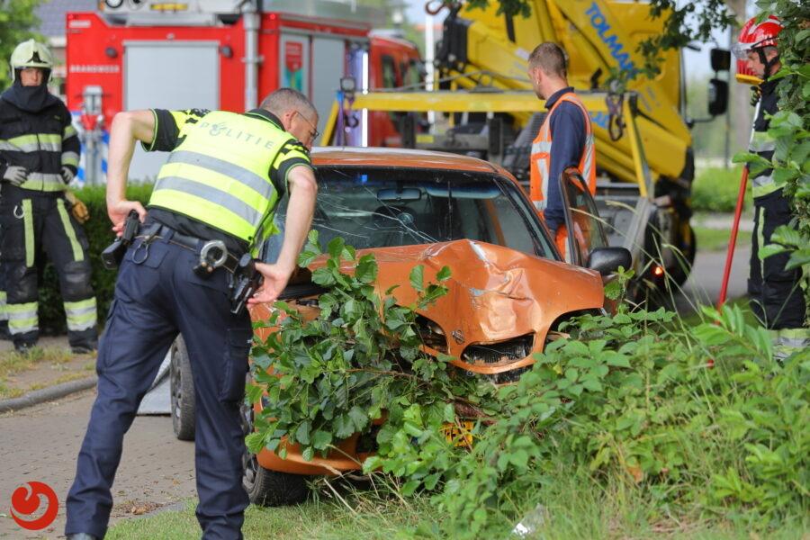 Auto raakt van de weg en belandt in bosjes