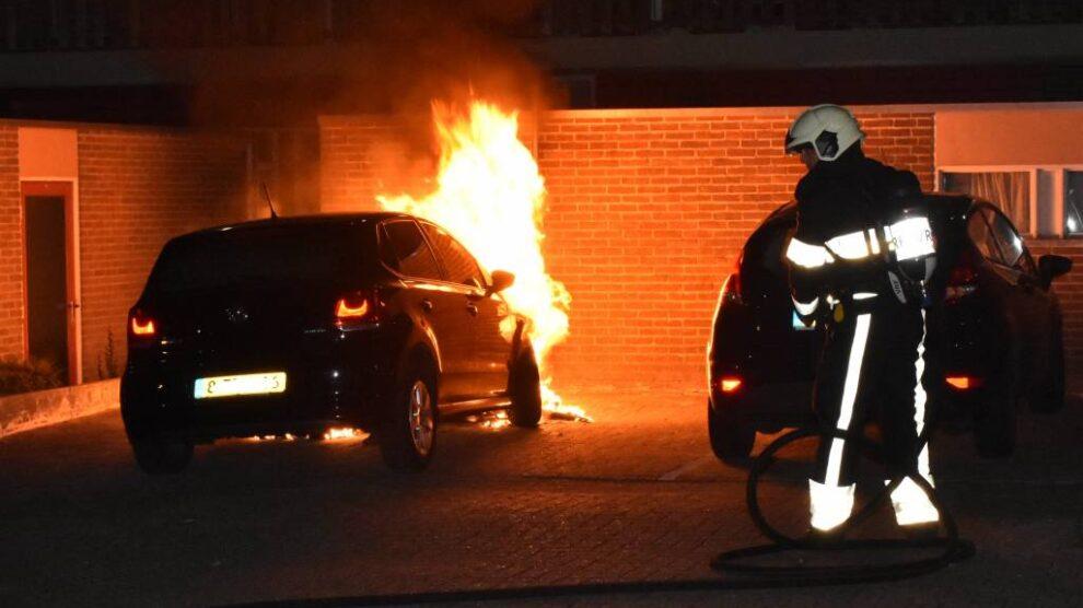 Auto in brand op parkeerterrein