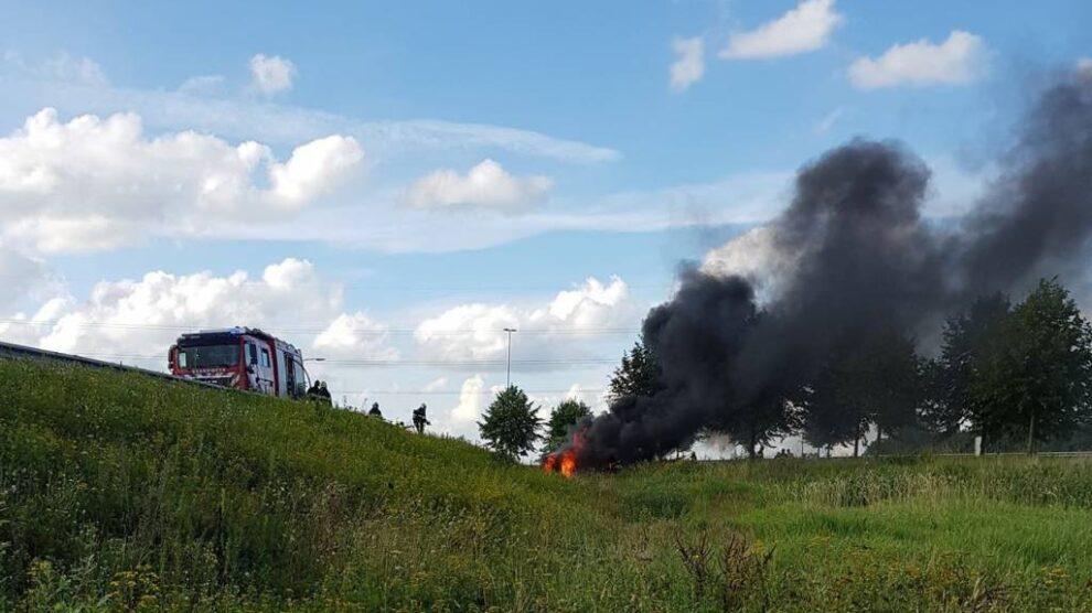 Auto in brand na ongeval; bestuurder zwaargewond