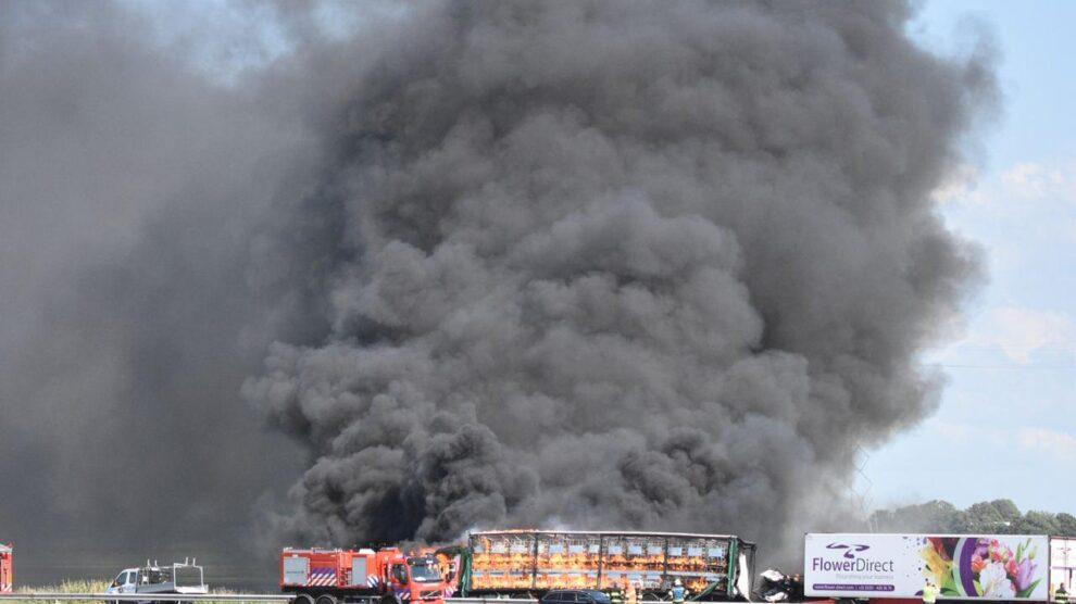 Dode en vier gewonden bij ernstig ongeval met vrachtwagens A6