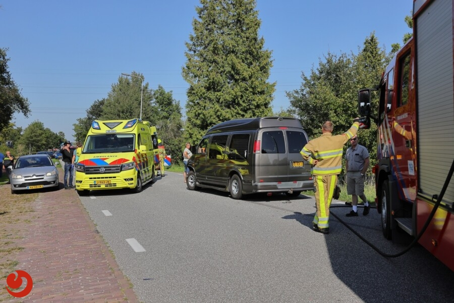 Busje in sloot na aanrijding ; bestuurder gewond