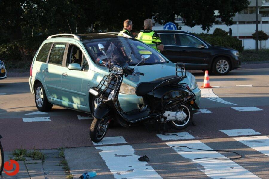 Scooter in botsing met auto; één gewonde