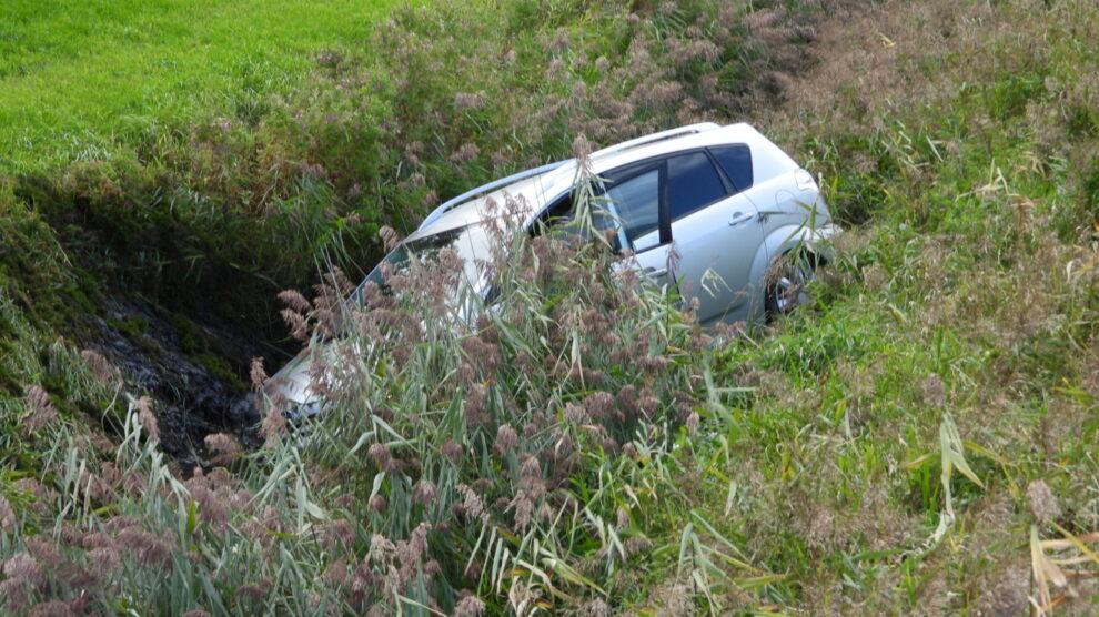 Auto belandt in sloot bij eenzijdig ongeval